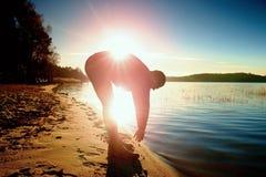 Uomo alto in abiti sportivi al tramonto stupefacente nello sport e nell'allenamento di addestramento di stile di vita del paese t Fotografia Stock