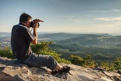 Uomo alto sul punto di vista che tiene la sua macchina fotografica immagini stock