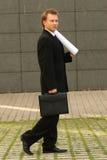 Uomo ambulante con le cianografie Immagini Stock Libere da Diritti