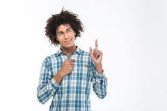 Uomo amercan di afro felice che indica dito su Immagine Stock
