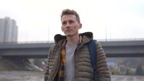 Uomo americano che cammina nella città che permuta indipendente fra le costruzioni archivi video