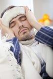 Uomo ammalato con alta febbre Immagine Stock