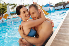 Uomo amoroso che stringe a sé la sua amica nella piscina Immagine Stock Libera da Diritti