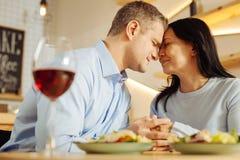 Uomo amoroso e donna che spendono insieme tempo fotografie stock