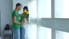 Uomo amoroso sorprendente la sua amica con i fiori video d archivio