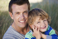 Uomo & ragazzo, padre e figlio aventi divertimento alla spiaggia Fotografie Stock Libere da Diritti