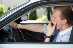 Uomo annoiato che aspetta in ingorgo stradale Fotografia Stock Libera da Diritti