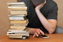 Uomo annoiato con il cellulare Fotografia Stock Libera da Diritti