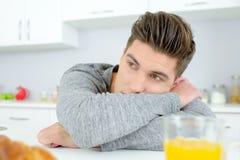 Uomo annoiato in cucina Fotografia Stock Libera da Diritti
