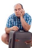 Uomo annoiato del viaggiatore con bagagli Fotografia Stock