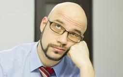 Uomo annoiato nell'ufficio Fotografia Stock Libera da Diritti
