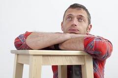 Uomo annoiato 40s con il linguaggio del corpo casuale che esprime affaticamento fotografia stock libera da diritti