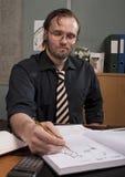 Uomo annoiato in ufficio. Fotografia Stock