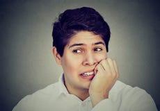 Uomo ansioso che morde suo impazziree delle unghie Fotografie Stock