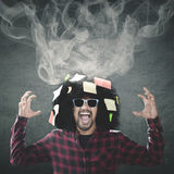 Uomo ansioso di afro con fumo sulla testa Fotografia Stock Libera da Diritti
