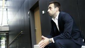Uomo ansioso in una sala di attesa prima della sua intervista di lavoro archivi video