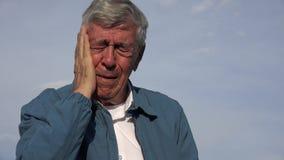 Uomo anziano anziano triste con mal di denti Immagine Stock