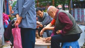 Uomo anziano asiatico che gioca scacchi fotografie stock
