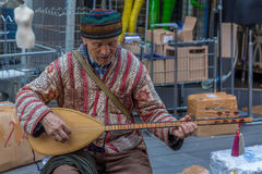 Uomo anziano autentico che gioca strumento Fotografie Stock Libere da Diritti