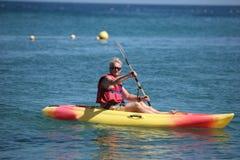 Uomo anziano in canoa Immagini Stock