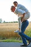 Uomo anziano che dà giro di a due vie della donna Fotografie Stock