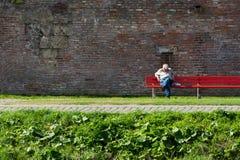 Uomo anziano che dorme sul banco Ulm, Germania Fotografia Stock