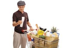 Uomo anziano che esamina il bil Immagine Stock Libera da Diritti