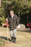 Uomo anziano che esamina macchina fotografica Immagine Stock Libera da Diritti