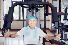 Uomo anziano che fa allenamento con la macchina del peso Fotografia Stock Libera da Diritti