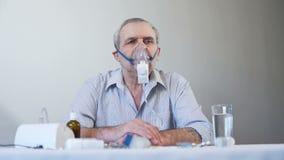 Uomo anziano che fa terapia di inalazione archivi video