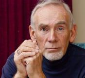 Uomo anziano che fissa avanti diritto. Fotografia Stock Libera da Diritti