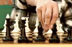 Uomo anziano che gioca scacchi Fotografia Stock