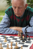 Uomo anziano che gioca scacchi Immagini Stock