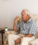 Uomo anziano che gode del tè di mattina immagini stock