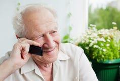 Uomo anziano che gode di una conversazione telefonica Fotografia Stock Libera da Diritti