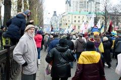 Uomo anziano che guarda la folla della gente di camminata sulla dimostrazione antigovernativa durante la protesta Fotografia Stock