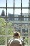 Uomo anziano che osserva attraverso la finestra Fotografia Stock Libera da Diritti