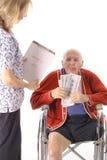 Uomo anziano che paga le fatture di sanità immagine stock libera da diritti