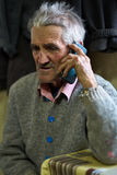 Uomo anziano che parla sul telefono cellulare Fotografie Stock Libere da Diritti