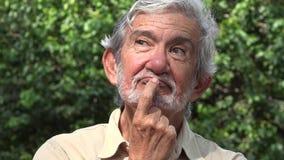 Uomo anziano che pensa e che riflette video d archivio