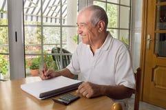 Uomo anziano che per mezzo del computer portatile Immagini Stock Libere da Diritti