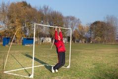 Uomo anziano che si esercita sul campo di calcio Fotografia Stock
