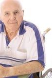 Uomo anziano che si siede in sedia a rotelle fotografie stock