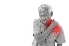 Uomo anziano che soffre dall'infiammazione o dalla lesione del muscolo della spalla fotografia stock libera da diritti