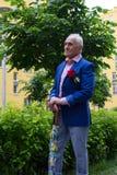 Uomo anziano che sta all'aperto vicino alle costruzioni di appartamento da solo Fotografie Stock