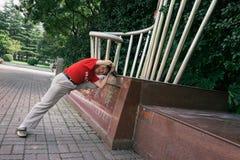 Uomo anziano che streching a Shanghai, Cina Fotografia Stock