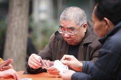 Uomo anziano cinese che gioca a Hangzhou, Cina fotografie stock