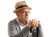 Uomo anziano con distogliere lo sguardo della canna Fotografie Stock Libere da Diritti