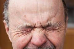 Uomo anziano con distogliere lo sguardo di dubbio Fotografia Stock