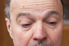 Uomo anziano con distogliere lo sguardo di dubbio Immagini Stock
